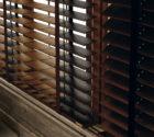 Hnědé dřevěné žaluzie nad kuchyňskou linkou