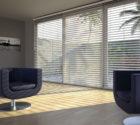 Světlé dřevěné žaluzie v interiéru