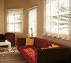 Bílé mořené dřevěné žaluzie v obývacím pokoji