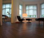 Látková roleta na okno v obývacím pokoji
