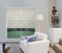 světlé rolety den a noc v obývacím pokoji