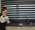 tmavé rolety den a noc v kuchyni