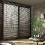 Dřevěné žaluzie na balkonových dveřích
