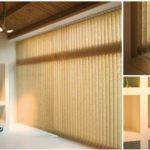 Světlé látkové vertikální žaluzie na velkém okně v obývacím pokoji