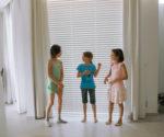 děti u zatemňujících závěsů do oken