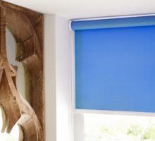 modrá roleta Erfal koupelna detail