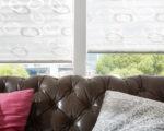 plisé žaluzie se vzorem v obývacím pokoji