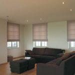 světlé římské rolety v obývacím pokoji