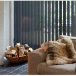 Šedá vertikální žaluzie v obývacím pokoji