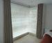 zatemňující závěsy do oken v rohu místnosti