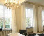 béžové závěsy do oken od stropu až k zemi