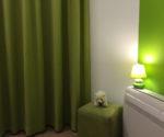 zelené závěsy do oken v ložnici
