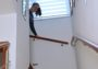 bílá žaluzie den a noc na schodišti rodinného domu