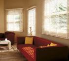 bílé mořené dřevěné žaluzie v interiéru