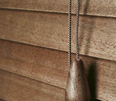 vnitřní dřevěné žaluzie jejich ovládání