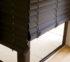 hnědé dřevěné žaluzie v interiéru