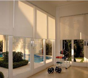 látkové screenové rolety v interiéru v posilovně