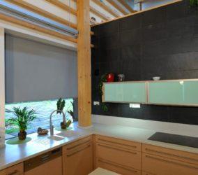 šedé screenové rolety v kuchyni