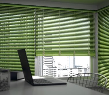 zelené dřevěné žaluzie v pracovně