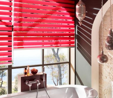 červené duorolety v koupelně
