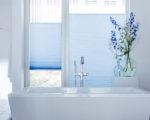 modrá látková žaluzie plisé v koupelně