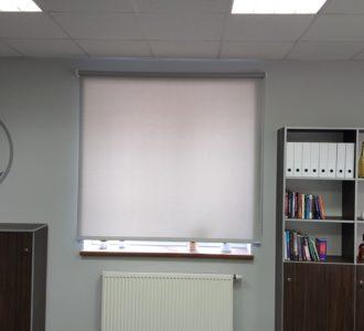 reference rolet v kanceláři menší okno
