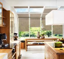 rolety v kuchyni hnědé moderní