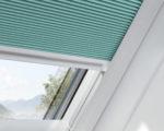 tyrkosové plisé žaluzie ve střešním okně