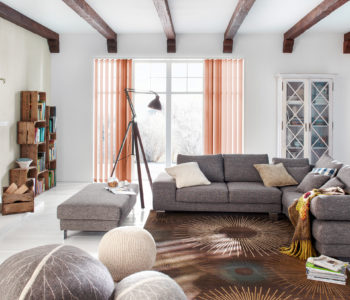 Vertikální žaluzie Erfal v obývacím pokoji