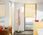 žlutá plisé látková žaluzie v koupelně