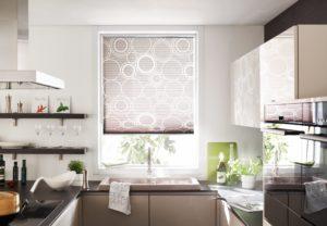 krasne plise zaluzie v kuchyni se vzorem