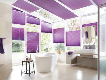 fialove plise v koupelne