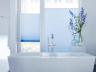 modre plise v koupelne