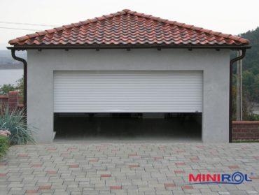 bílé rolovací garážové vrata