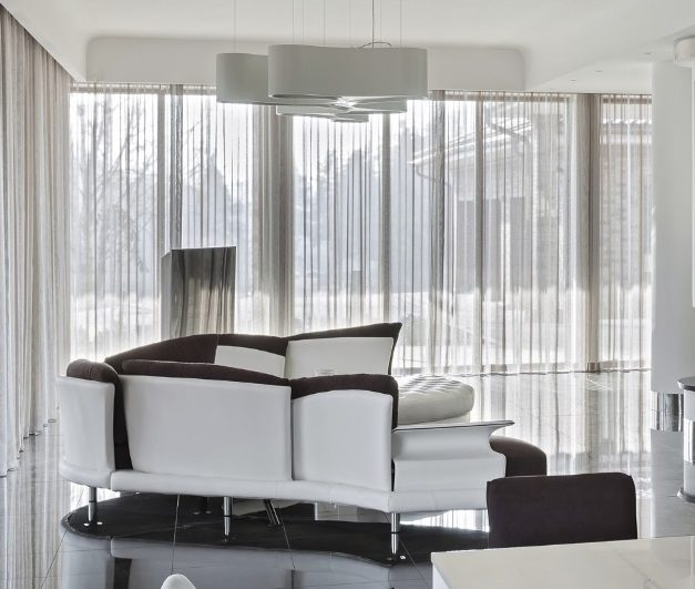 dekorační závěs v obývacím pokoji