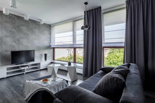 římské rolety se závěsy v obývacím pokoji