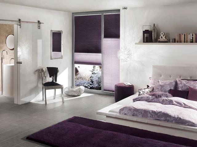 fialové žaluzie jako záclona na okně