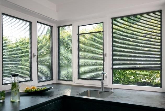 jak zastínit více oken v jedné místnosti