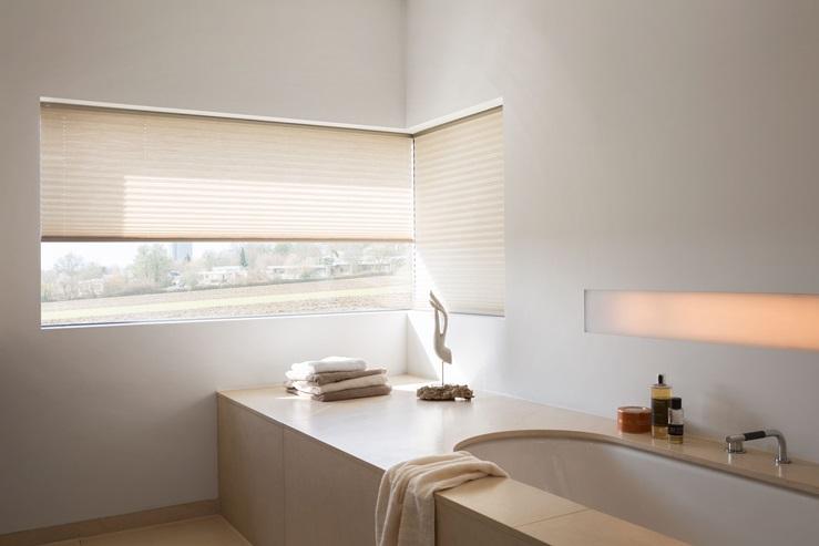 plisé žaluzie pro zastínění rohového okna