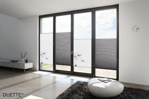 šedé žaluzie na oknech