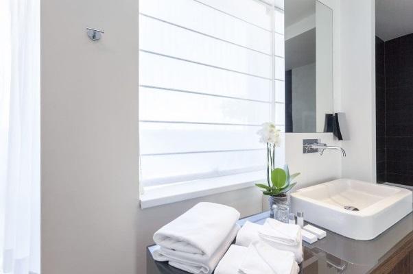 bílá římská roleta v koupelně