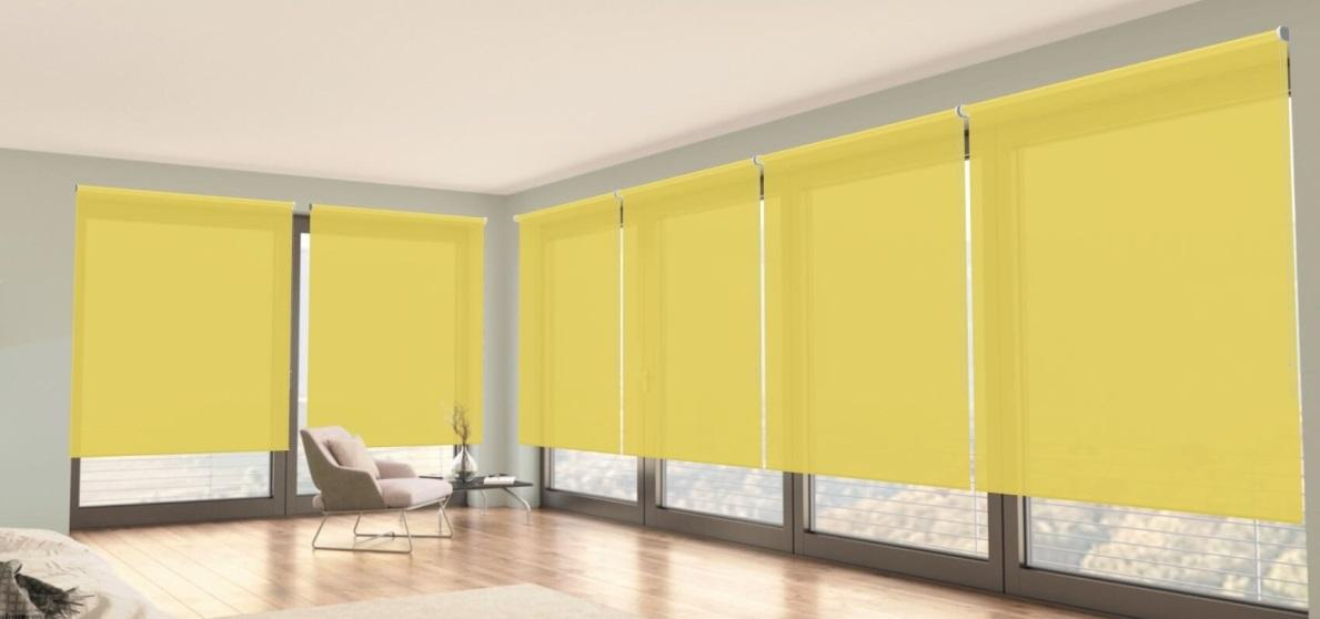 poloprůhledné žluté látkové rolety na stěně