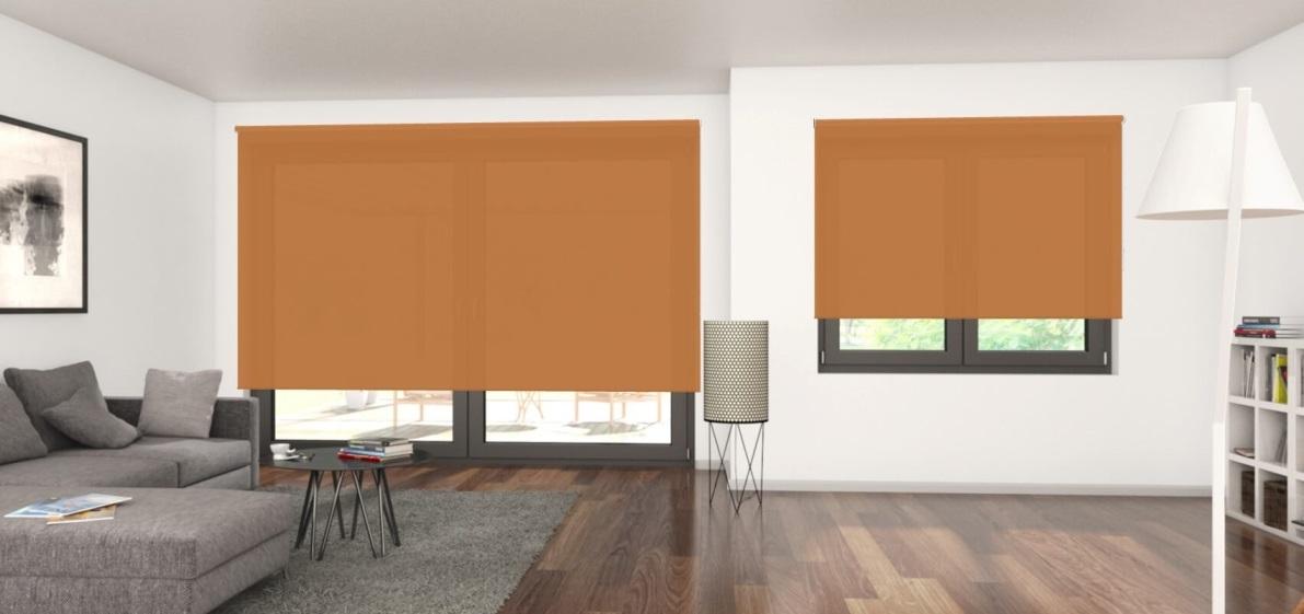 průsvitně oranžové látkové rolety v obývacím pokoji
