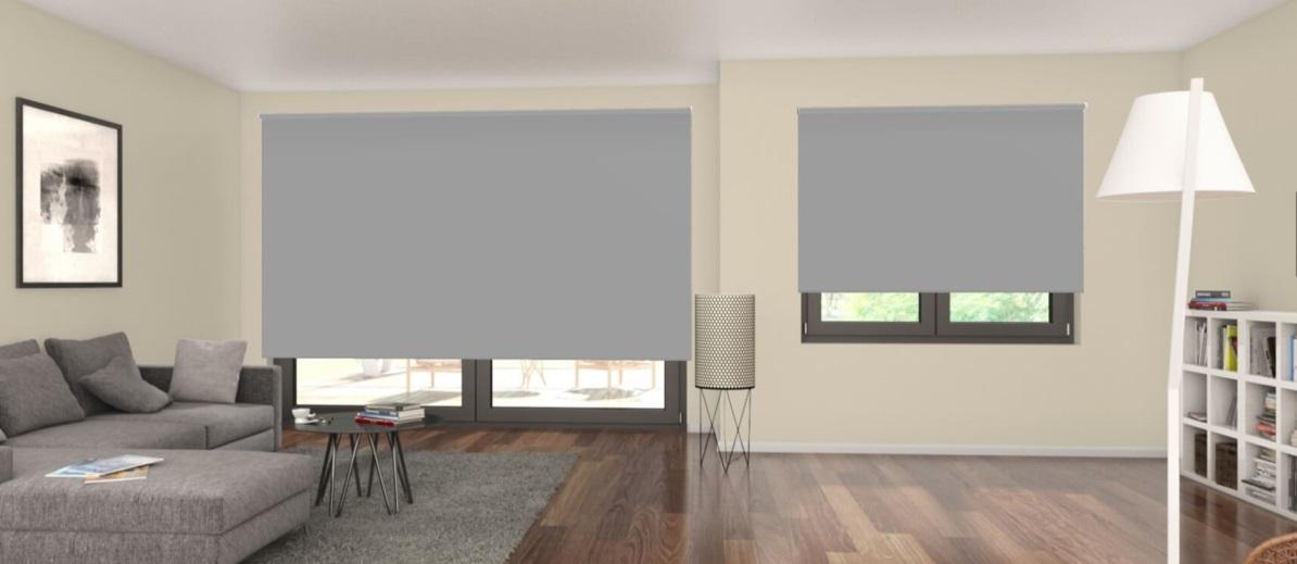 zatemňovací šedá látková roleta v obývacím pokoji
